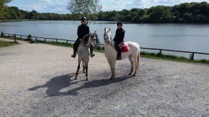 Permalien à:En duo à cheval.